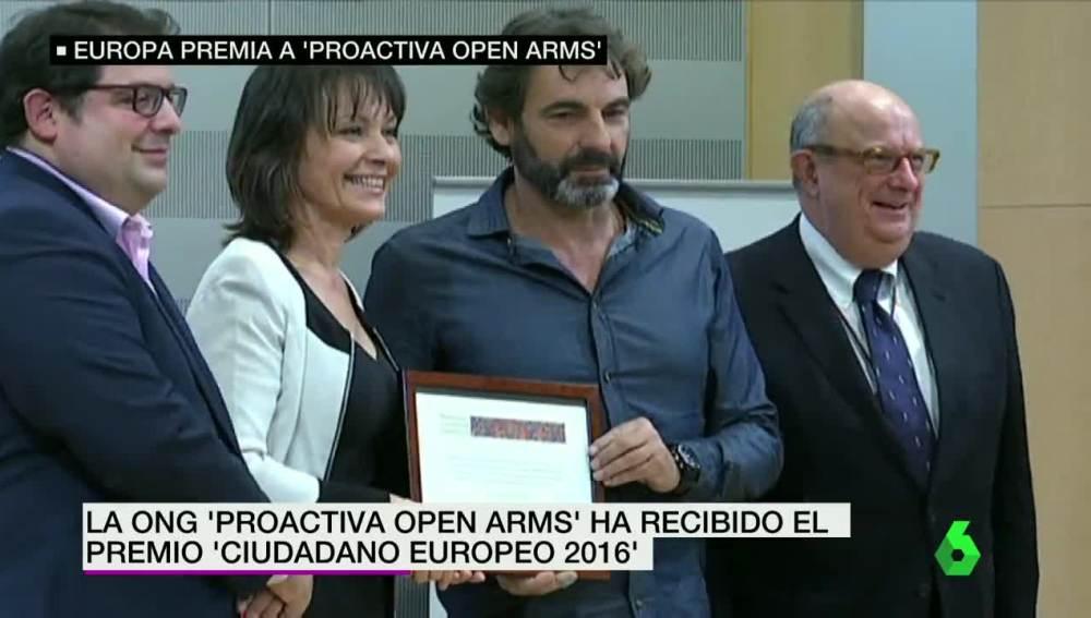 El director de ProActiva recibe el premio por la labor humanitaria