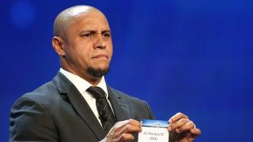 Roberto Carlos saca el nombre de un equipo en el sorteo de Champions