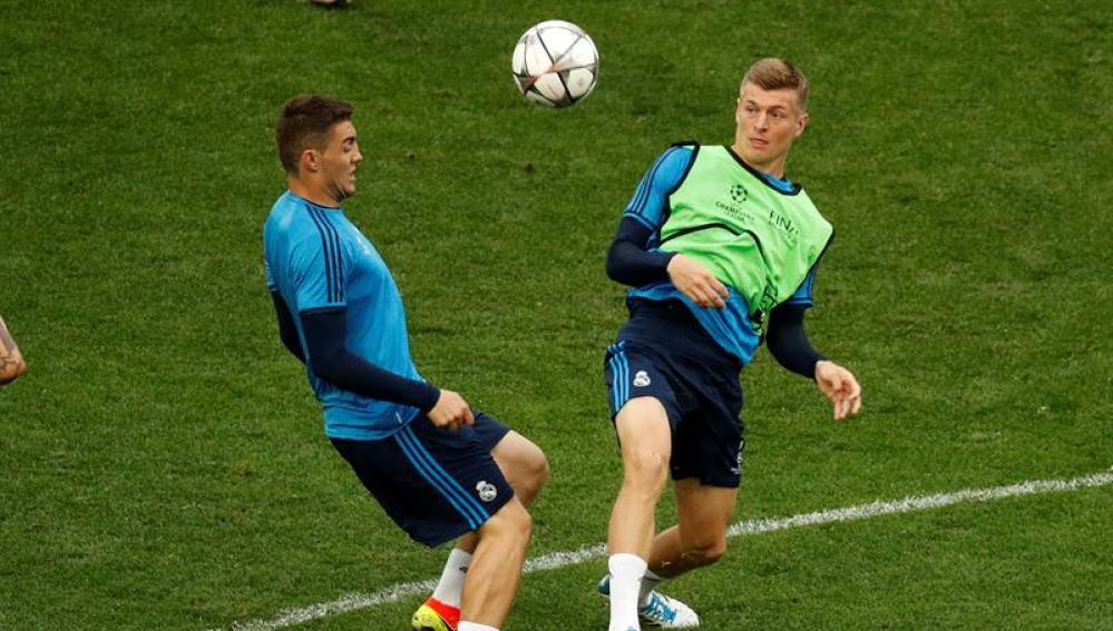 Toni Kroos lucha por un balón con Kovacic.