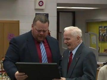 George Fricovsky y su nieto David Walsh se emocionan en el momento de la entrega del diploma