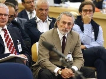 Francisco Correa (d), presunto cabecilla de la trama Gürtel, durante el juicio