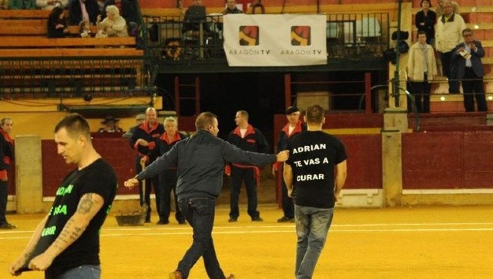 Los activistas en la plaza de toros de Zaragoza apoyando a Adrián