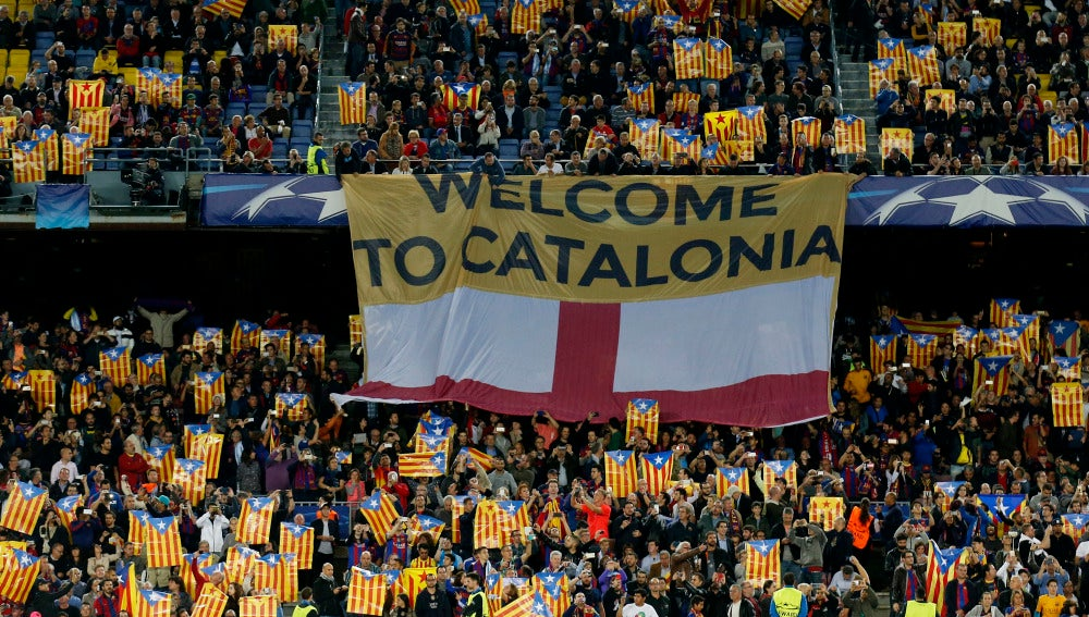 La pancarta 'Welcome to Catalonia' que se desplegó antes del partido