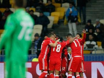 Los jugadores del Benfica celebran el gol de Cervi