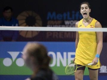 Carolina Marín celebra un punto ante Julie Dawall Jakobsen