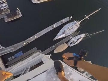 Un youtuber se lanza desde la azotea de un edificio de 40 metros