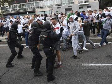 Agentes de la Policía Nacional cargan contra los ultras del Legia de Varsovia