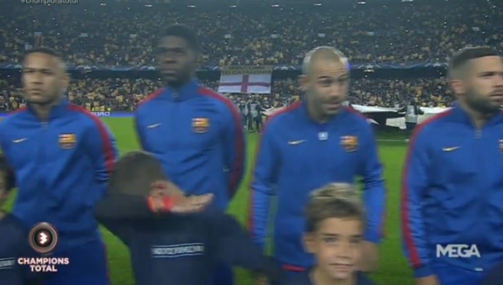 Un niño hace un 'dab' antes del Barça-City en el Camp Nou