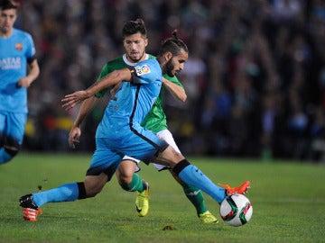 Douglas, en un partido con el Barcelona