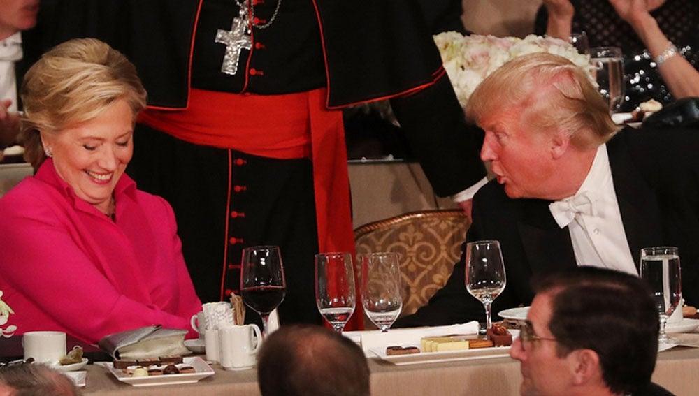 Clinton y Trump cenan en la misma mesa