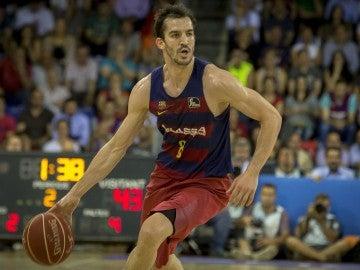 Pau Ribas conduce el balón en un partido con el Barcelona Lassa