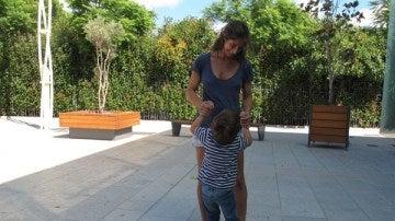 Rocío Martín Díez jugando con su hijo Felipón