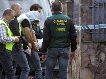 El asesino confeso del cuádruple crimen de Pioz, Patrick Nogueira Gouveia (c), escoltado por agentes de la Guardia Civil a su llegada el pasado miércoles al chalet de la localidad guadalajareña