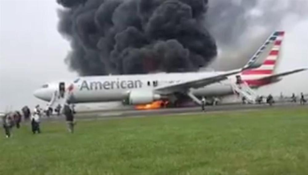 La parte derecha del avión ha quedado calcinada