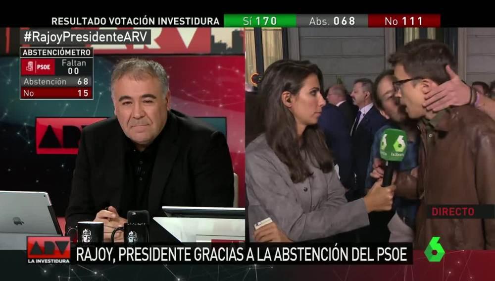 El beso de Pablo Iglesias a Íñigo Errejón en directo