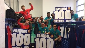 La plantilla del Barcelona celebra las 100 victorias seguidas en la Liga de balonmano