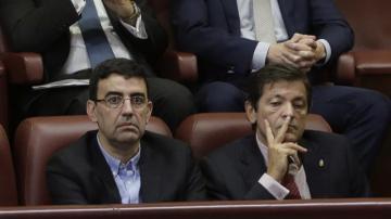 Mario Jiménez, portavoz de la gestora del PSOE, junto a Javier Fernández