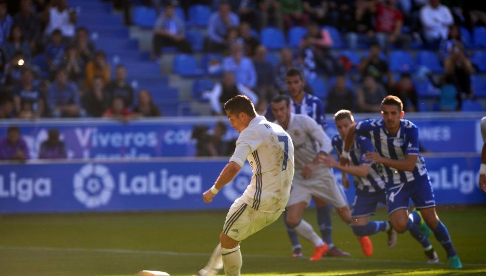 Cristiano Ronaldo lanza el penalti que supuso el 1-1