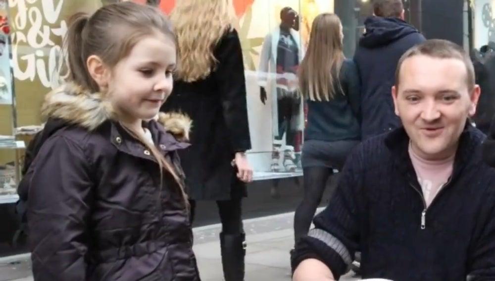 Olivia entregando comida a un indigente