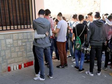 Un grupo de jóvenes llora la muerte de la asesinada en Chella