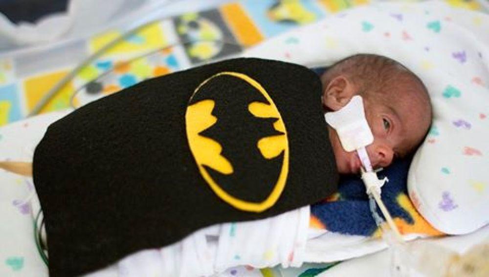 Uno de los bebés con un disfraz de Batman