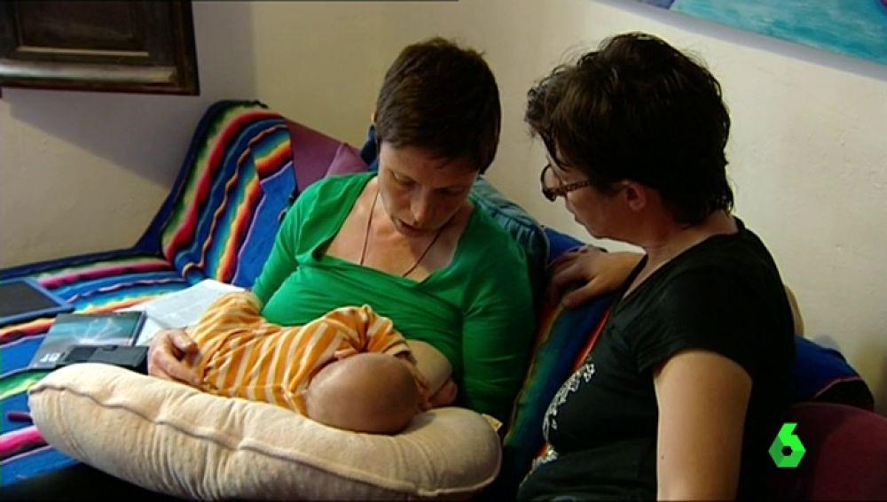 Dos madres lesbianas con su bebé