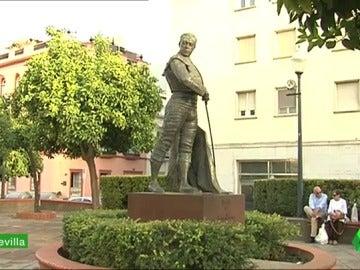 Frame 33.875862 de: La estatua de Curro Romero, el Camp Nou o el Peine de los Vientos, entre los sitios favoritos para depositar las cenizas de los muertos