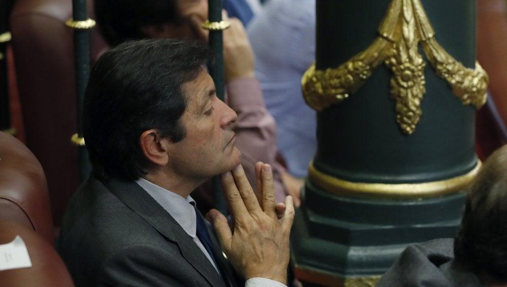 El presidente de la Gestora del PSOE, Javier Fernández, sigue desde la tribuna el debate de investidura de Mariano Rajoy en el Congreso de los Diputados