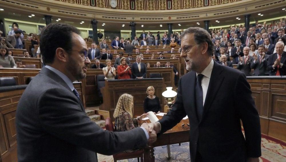 Rajoy, felicitado por el portavoz del PSOE Antonio Hernando