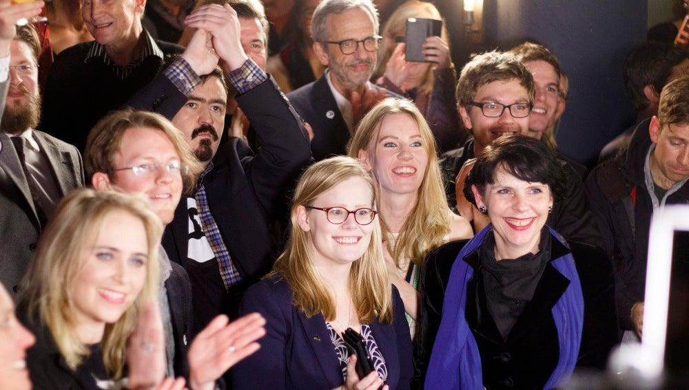 Los candidatos del Partido Pirata de Islandia tras conocer los resultados obtenidos en las elecciones anticipadas