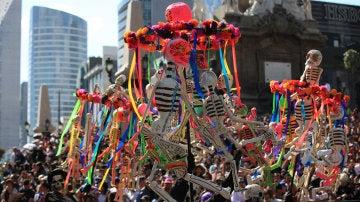 Un grupo de participantes en el desfile del Día de los Muertos en México