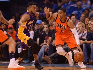 Westbrook conduce el balón en el partido contra los Lakers
