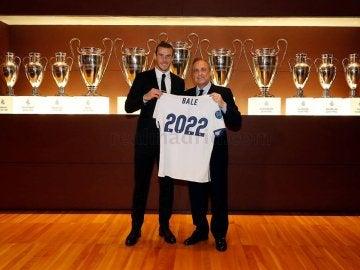 Gareth Bale y Florentino Pérez posan sonrientes tras la renovación del galés