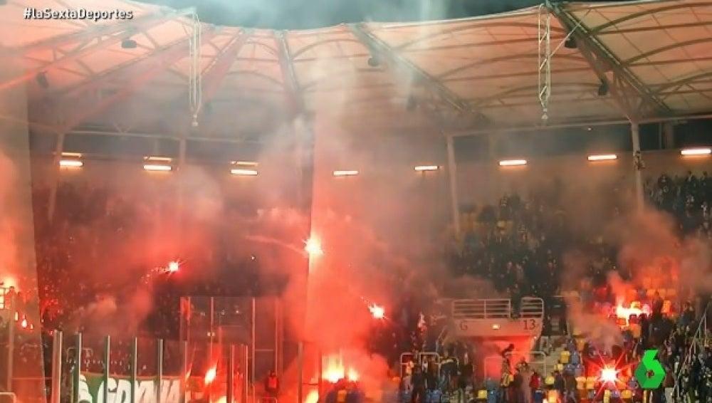 Batalla de bengalas en el fútbol polaco