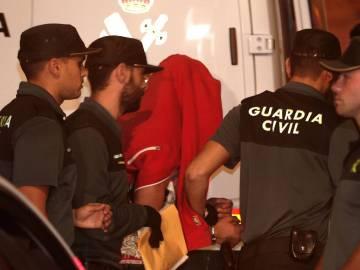 Agentes de la Guardia Civil custodian al asesino confeso de una menor en Chella