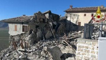 Edificios derrumbados en Castelluccio di Norcia, Italia