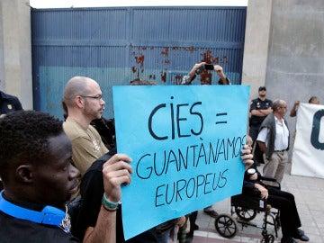 Protestas ante el CIE de Aluche