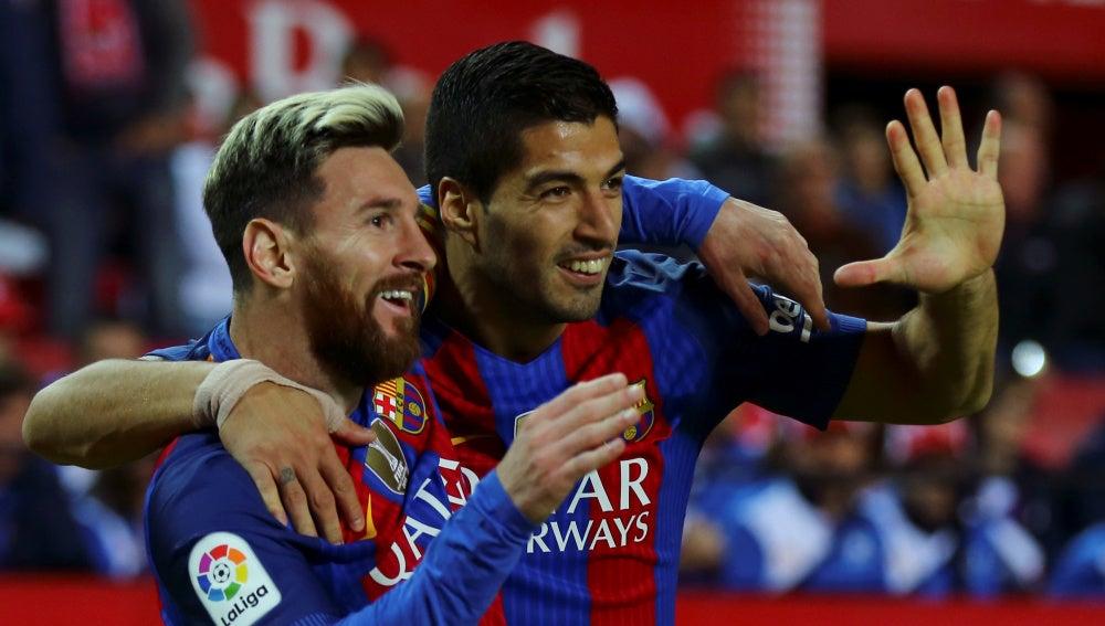Messi y Luis Suárez celebran un gol con el Barcelona