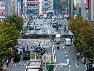 Un enorme hundimiento de tierra provoca el caos en la ciudad nipona de Fukuoka