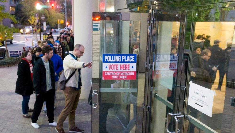Unos ciudadanos estadounidenses esperan para votar en un colegio electoral