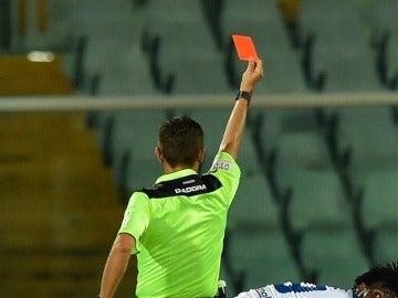 Árbitro mostrándo una tarjeta a un jugador