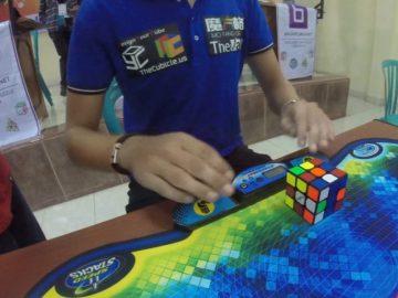 El holandés Mats Valk logra acabar el cubo de Rubik en 4.74 segundos