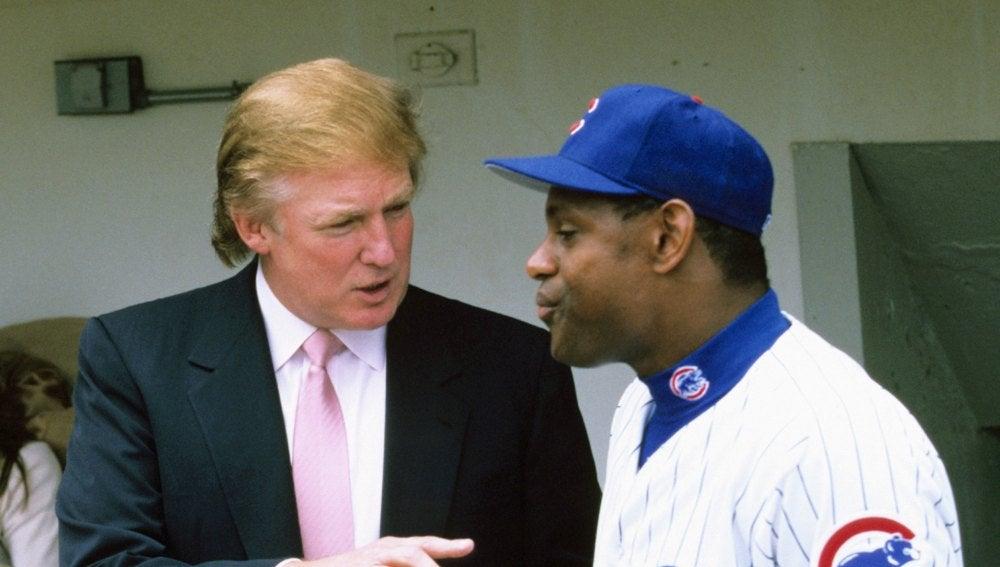 Donald Trump conversa con Sammy Sosa