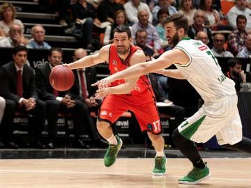 El escolta del Valencia Basket, Rafa Martínez, trata de superar al ala pivot del Union Olimpija Ljubljana, Drazen Bubnic
