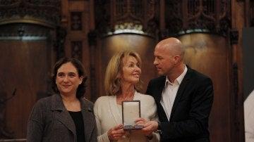 Ada Colau entrega la medalla a Danny Coster, viuda de Cruyff, y a su hijo, Jordi Cruyff