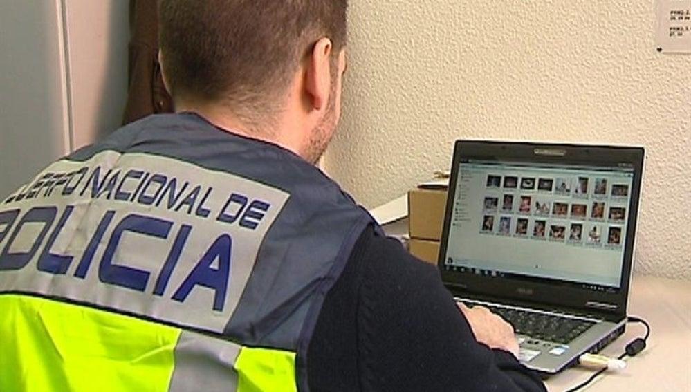 Un agente de la Policía investiga un fichero de pedófilos