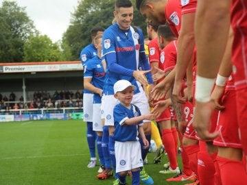 Joshua saludando al equipo rival