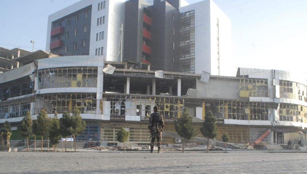 Un miembro de las fuerzas de seguridad afganas inspecciona el lugar del atentado