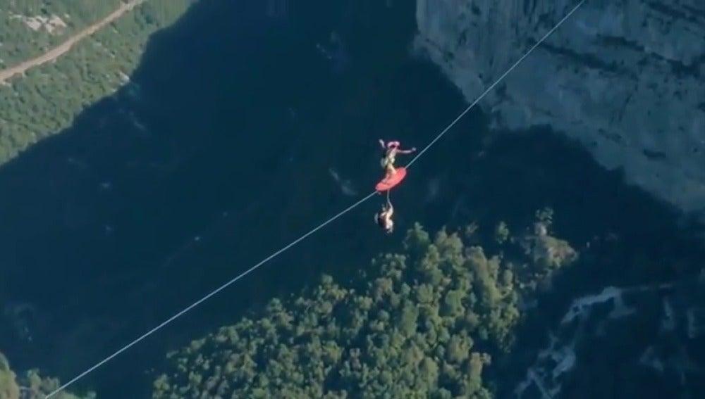 Frame 7.077682 de: Surfear sobre una tirolina a 600 metros de altura y saltar al vacío