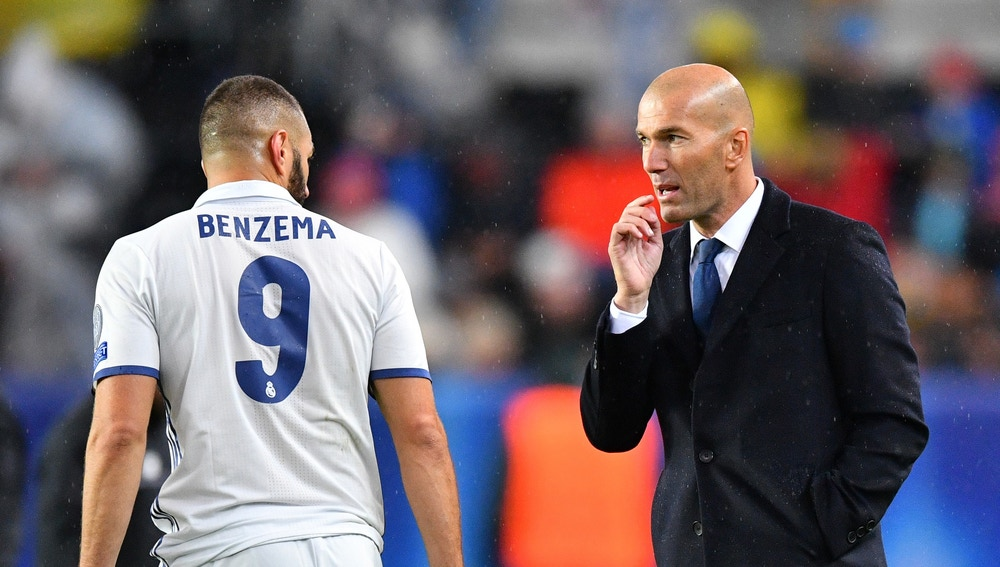 Zidane da instrucciones a Karim Benzema